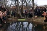 Петима се опитаха да вземат кръста на Драгичево