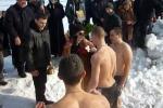 Свещеникът на Драгичево освещава кръста